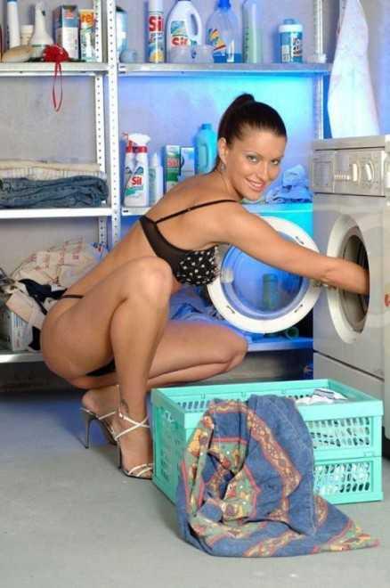 Домработница стирает