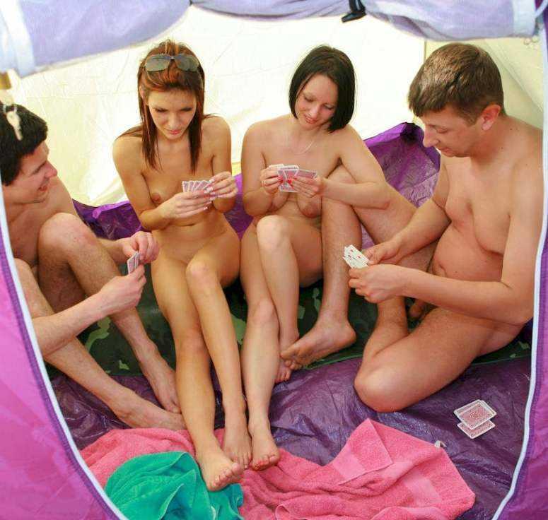Голые играют в карты