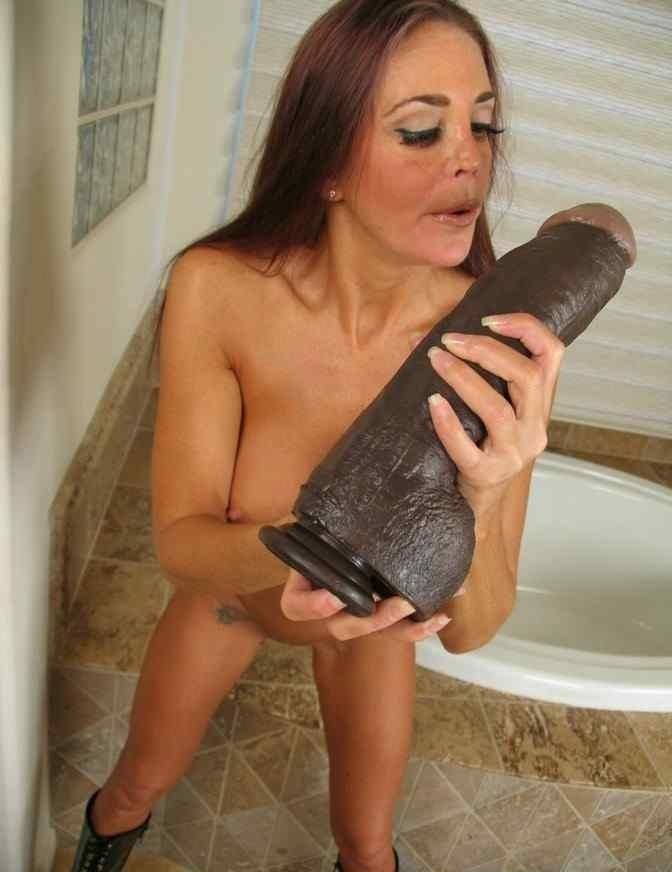 Мастурбация большой секс игрушкой фото 2