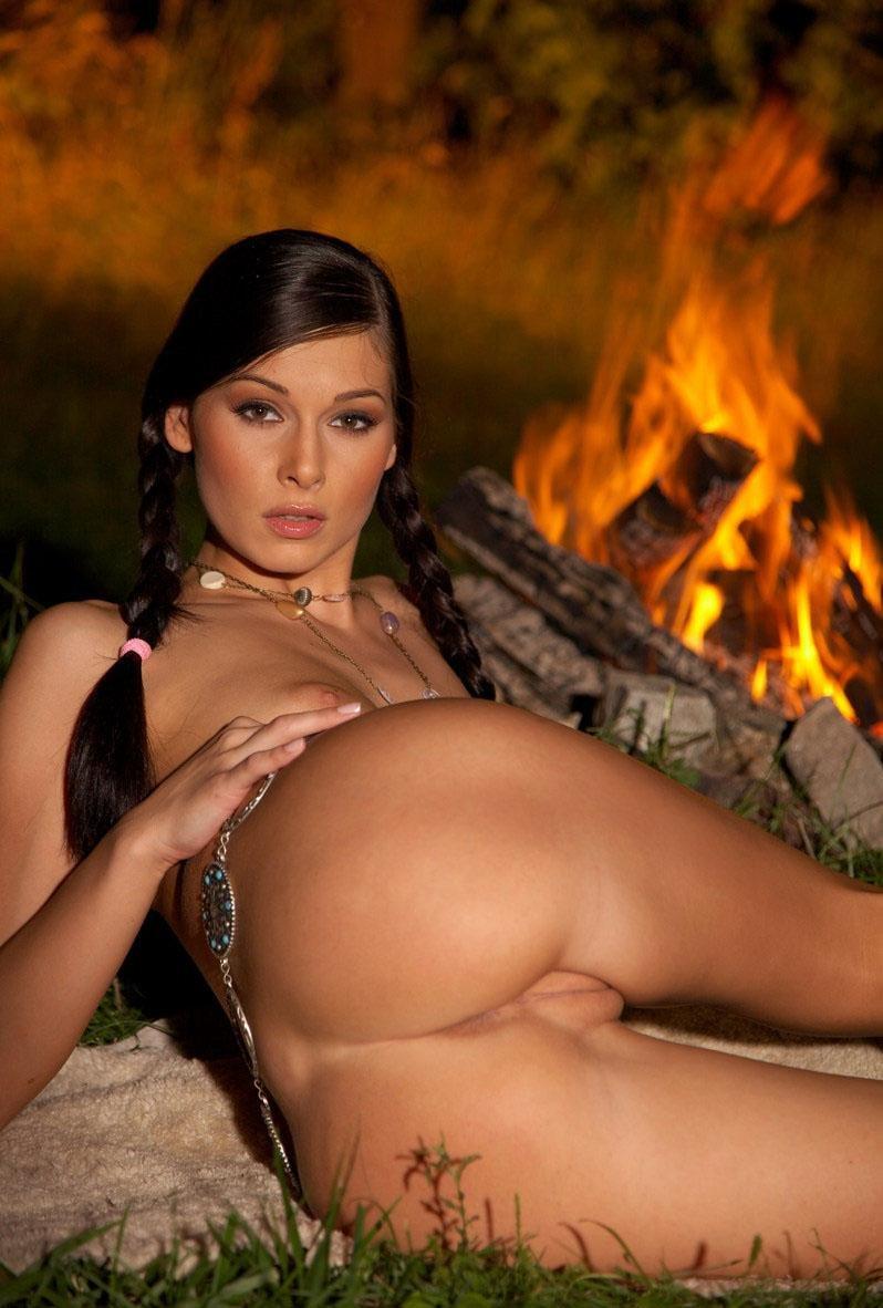 Фото модель Ирина показала в лесу свой интим № 2