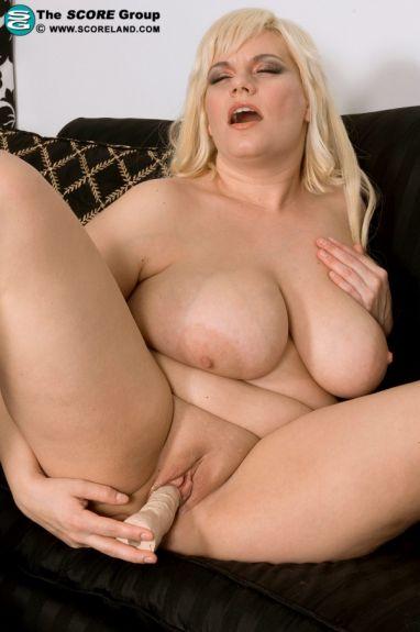 Сисястая толстая блондинка мастурбирует писку - фото 14