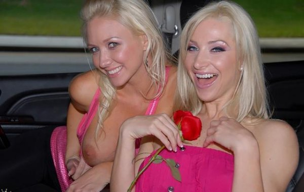 Две блондинки лесбиянки мастурбируют и лижут писки 2