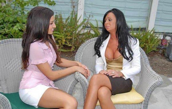 Лесбиянки брюнетки лижут пизды и ебутся страпоном 2