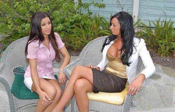 Лесбиянки брюнетки лижут пизды и ебутся страпоном 3