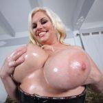 Жирная блондинка с большими сиськами трахается