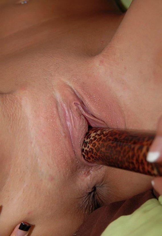 Лесбиянки брюнетки лижут пизды и ебутся страпоном 24