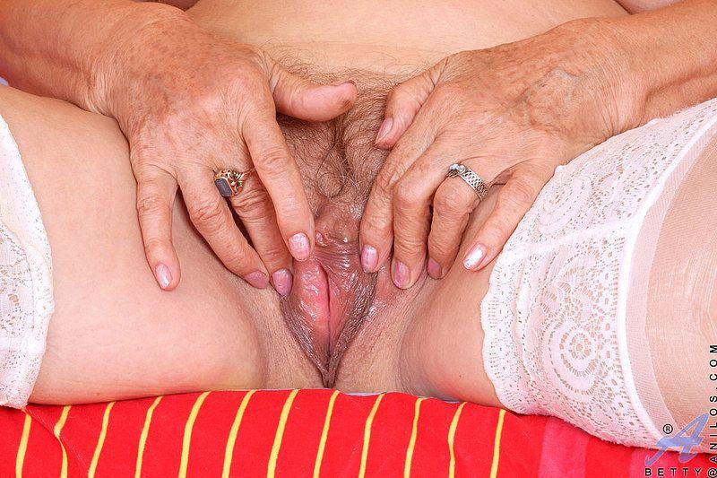 старая шлюха мастурбирует