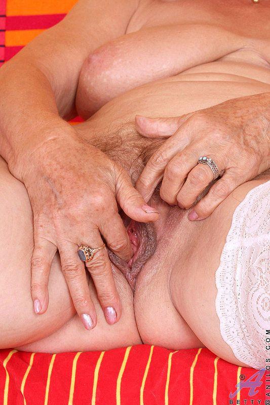 Старая бабка масурбирует