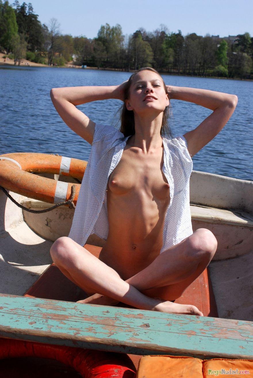 Голая в лодке