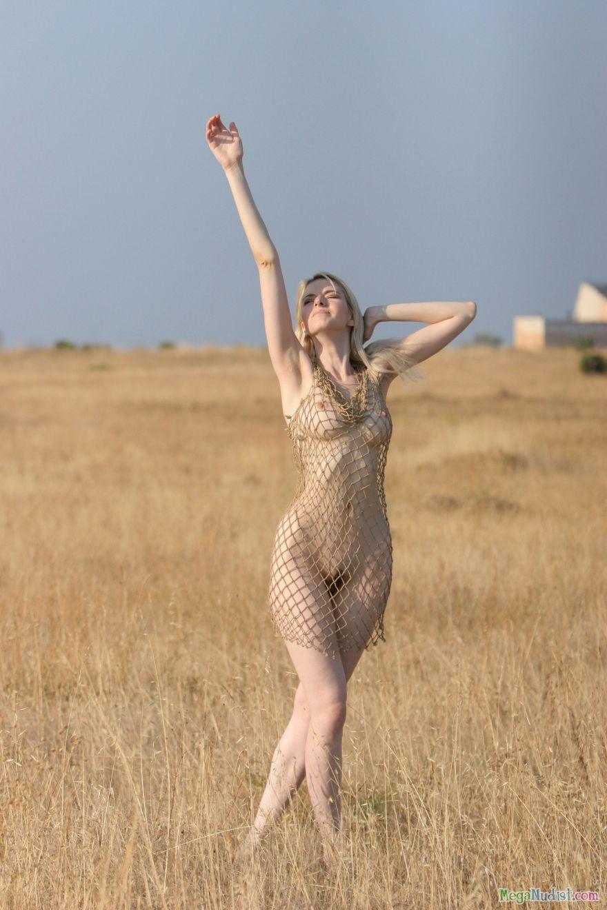 Голая гуляет в поле