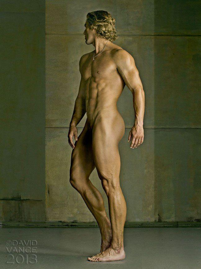 Проходящий мимо голый мужчина