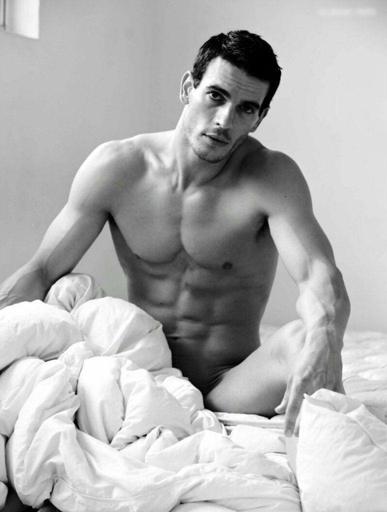 Голый мужчина в постеле