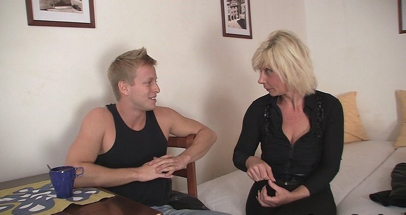 Соседка обучает сексу парня, трахнула работника анал онлайн