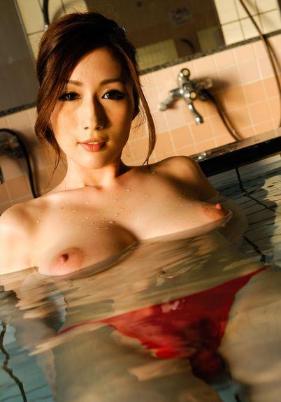 Эротика восточной женщины у бассейна - эротика фото 11