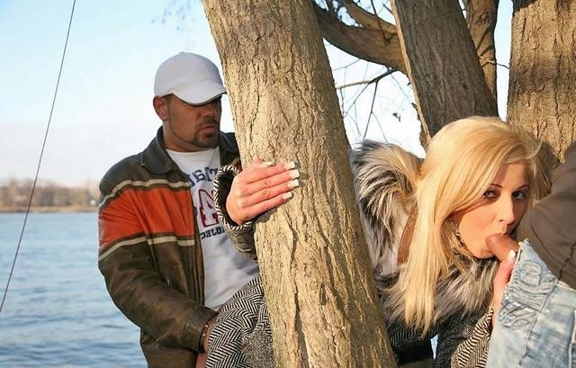 Трахнули блондинок у дерева фото 22
