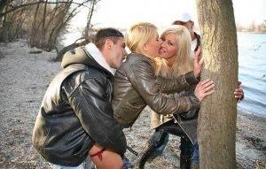 Трахнули блондинок у дерева