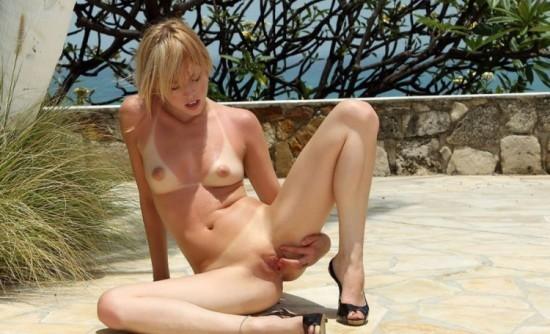 Как мастурбирует блондинка фото 6