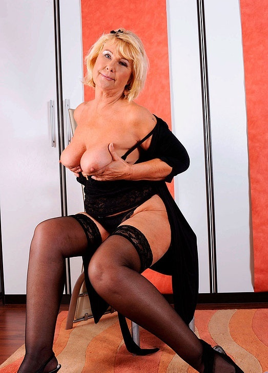 Интим зрелой женщины в фото-салоне № 8