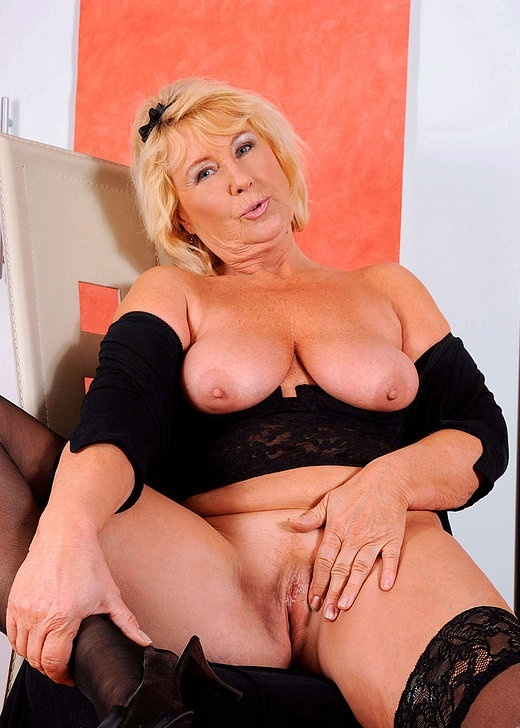 Интим зрелой женщины в фото-салоне № 11