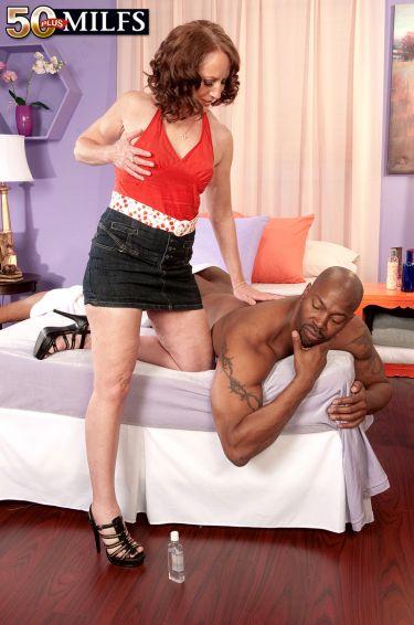 Начало массажа для негра