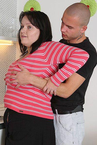 Сзади подошел братик и ухватил сестрёнку за грудь