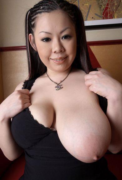 Азиатка выкатила одну сиську