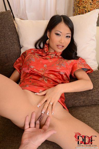Азиатка трахается в рот и жопу