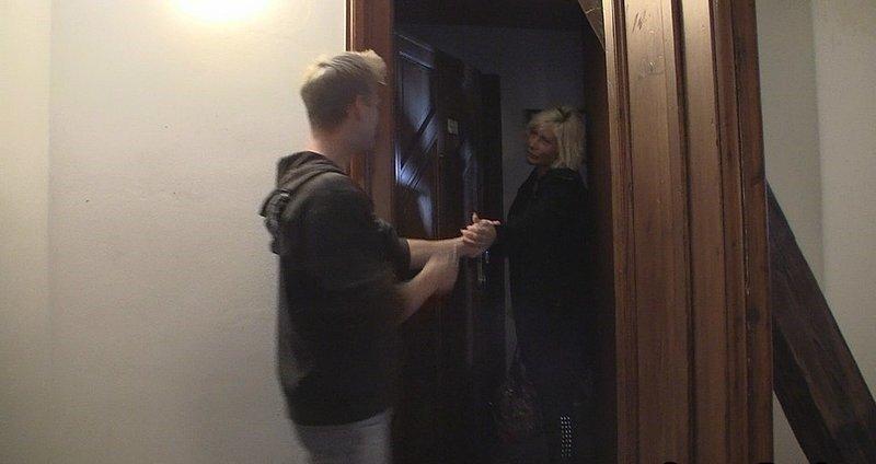 Затащила парня в квартиру