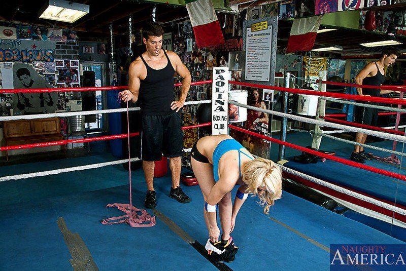 Женщина возбуждает своего тренера