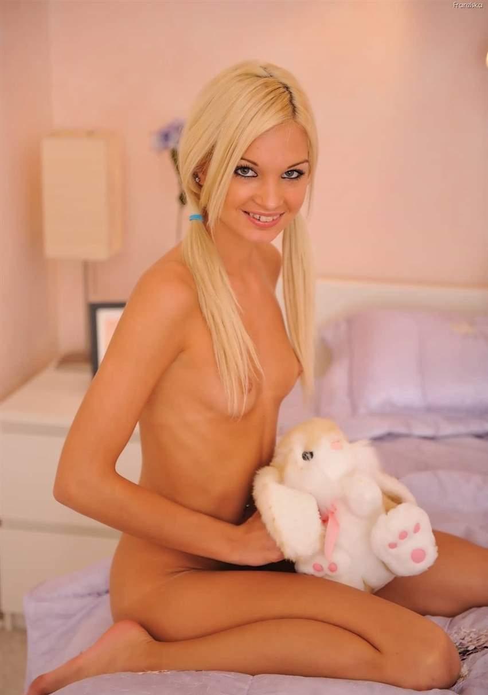 Порно модель с игрушкой